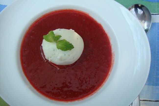 Sopa de morangos com sorvete de abacaxi e hortelã