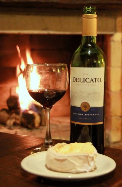 Queijo de ovelha do Sítio Solidão e vinho Delicato, em frente à lareira...