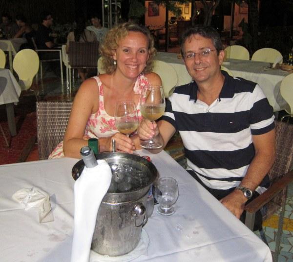 Eu e Claudinho tomamos um vinho branco, à espera do Festival Gastronômico na Pousada Zé Maria