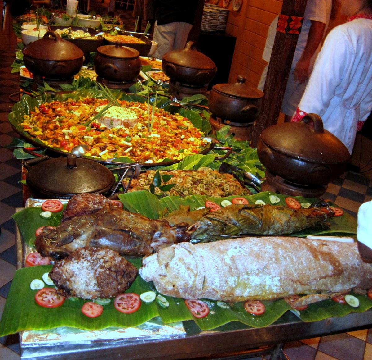 A grande mesa do festival gastronômico com 48 pratos, entre carnes, frutos do mar e acompanhamentos diversos