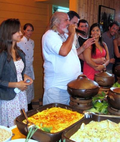 O famoso Zé Maria, fazendo a apresentação dos pratos de seu festival