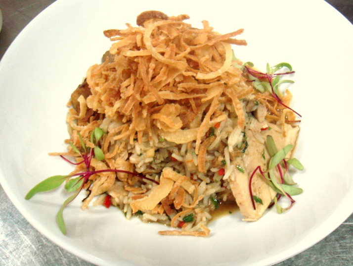 Este prato é lindo: um arroz (basmati) com pernil de porco, abacaxi grelhado e cebolas empanadas