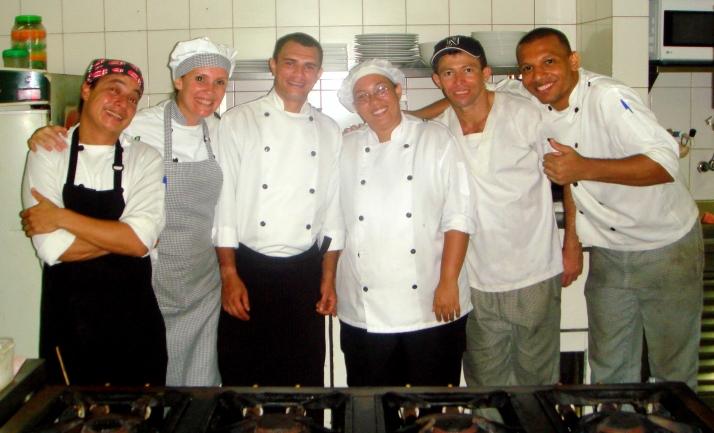 A equipe da cozinha ( da esq. pra dir: Chef André (Mudo), eu, Chef Douglas, Chef Lahiz, Ado, Chef George)