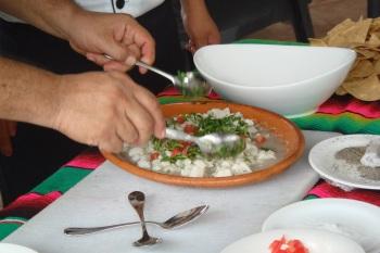 Muito limão, coentro-cebola-tomate (bandeira do México) e 20 min marinando antes de servir
