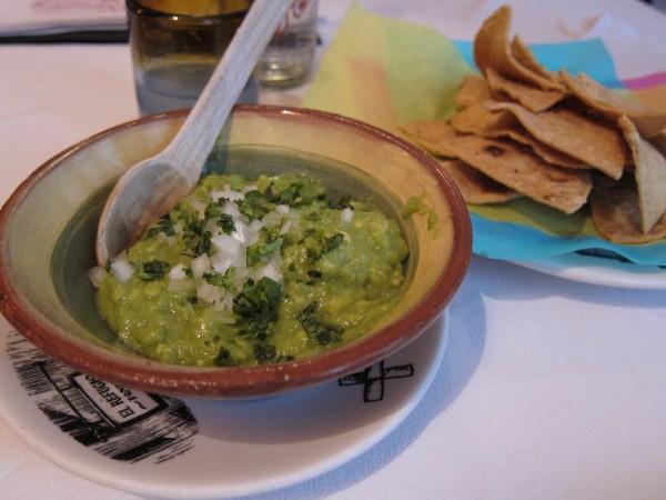 """O """"verdadeiro"""" guacamole mexicano, com nachos bem crocantes"""