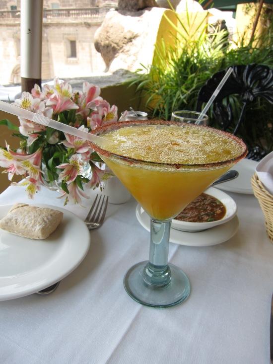 Margarita de manga, com sal e chili na borda