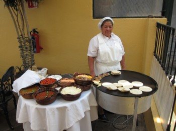 Mexicana prepara tortilhas na Casa de Las Sirenas