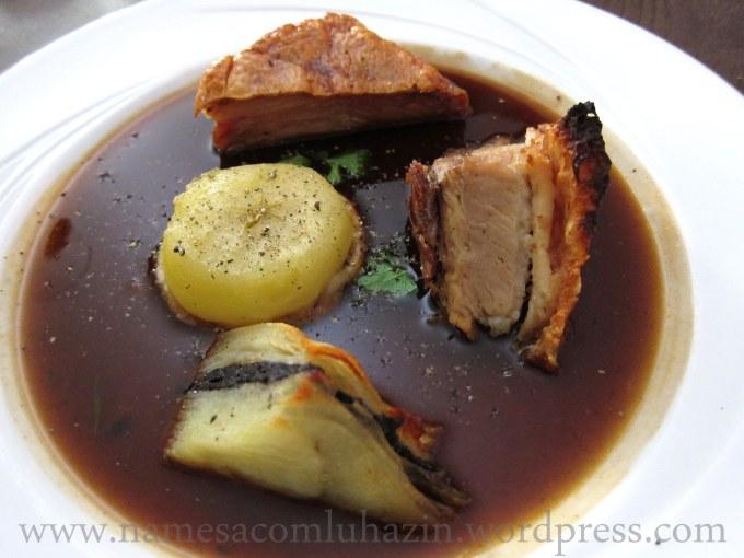 Barriga de porco com folhado de batata