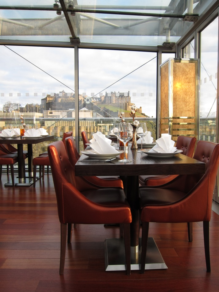 Varanda do restaurante Chaophraya, em Edinburgh, com vista para o castelo
