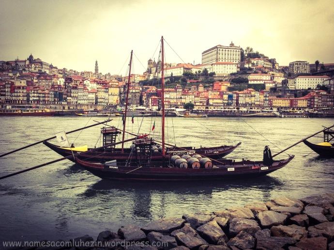 """Famosos barcos """"rabelo"""" que transportavam vinho do Porto, no rio Douro"""