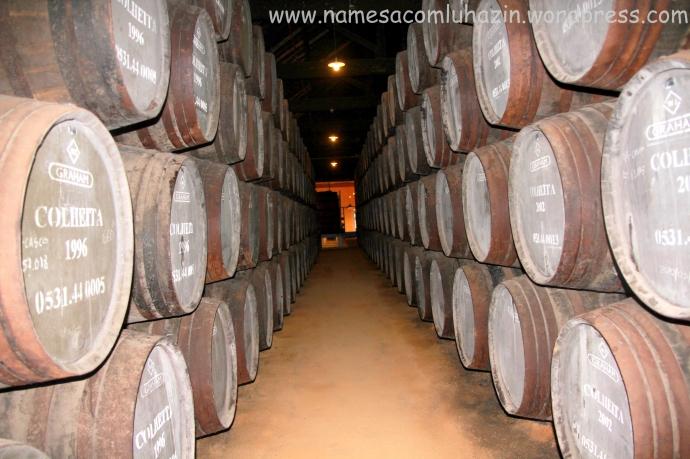 Barricas de carvalho francês abarrotadas de vinho do Porto (Tawny)