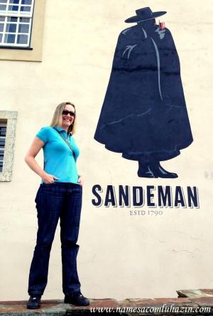 Em frente a vinícola Sandeman, no Douro