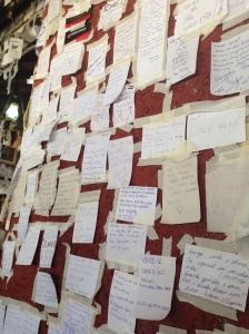 Parede repleta de bilhetes no Bar do Arante