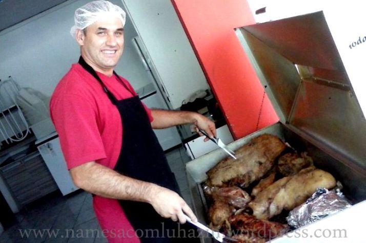 Ademir preparando seus grelhados em Joinville