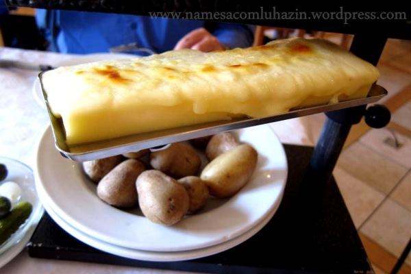 Raclette feita com o queijo gruyère na cidade de Gruyères