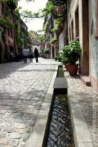 Rua antiga com vala em Freiburg-im-Breisgau, Alemanha