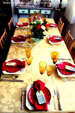 Linda mesa, em tons de vermelho e amarelo, organizada por minha irmã