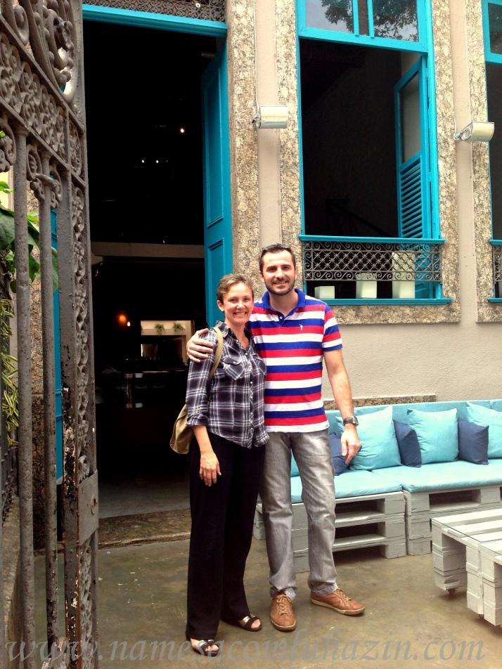 Eu e o chef Damien Montecer em frente ao La Villa