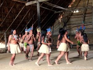 Indios da comunidade de São João de Tupé dançam e cantam para os turistas