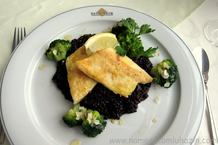 Peixe grelhado com arroz negro e brócolis
