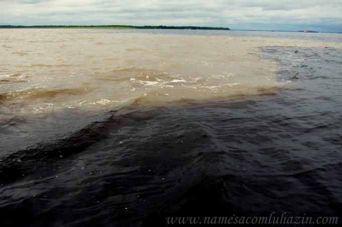 Encontro dos Rios Negro e Solimões. Juntos eles formarão o Rio Amazonas.