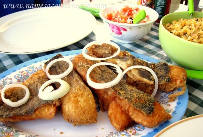 Tucunaré frito com baião de dois e vinagrete no Sabor do Sul
