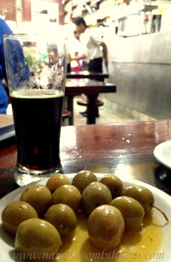 Azeitonas espanholas com chopp escuro