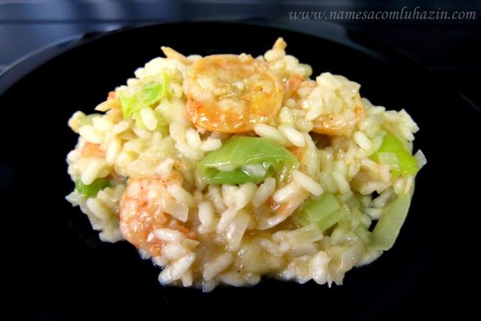 Risoto cremoso de camarão com alho-poró