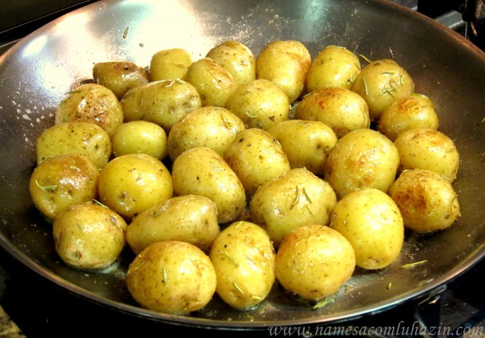 Batatas calabresas fritas na manteiga, alecrim e queijo parmesão