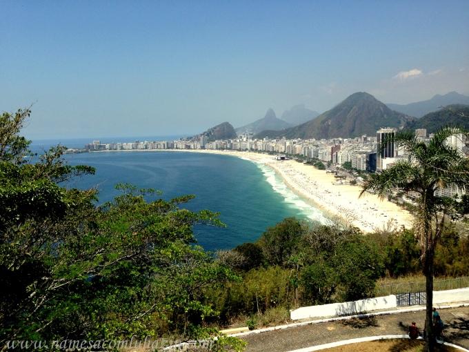 Vista do alto do Forte do Leme mostra toda a Praia de Copacabana