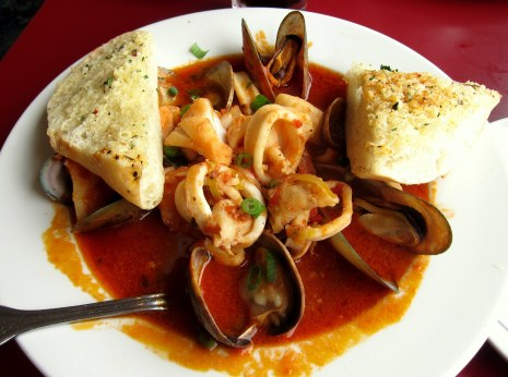 "O ""Big Fish Cioppino"", carro-chefe da casa."