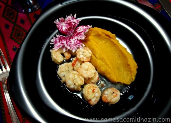 """""""Camarones al ajillo"""", grelhados com bastante alho e três tipos de pimenta fresca"""