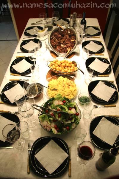 A mesa posta com o pernil e os acompanhamentos