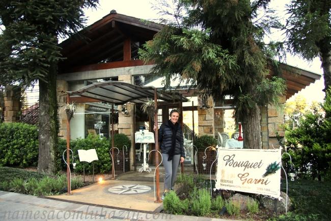 Em frente ao Restaurante Bouquet Garni