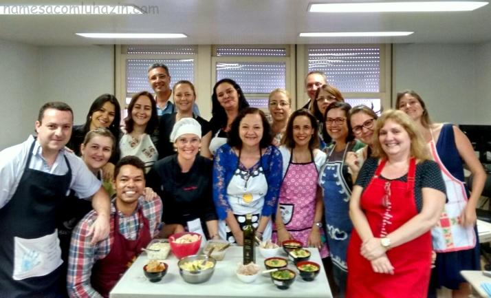 Professora, auxiliares e alunos juntos para registro da primeira Oficina de Gastronomia no TRE-RJ