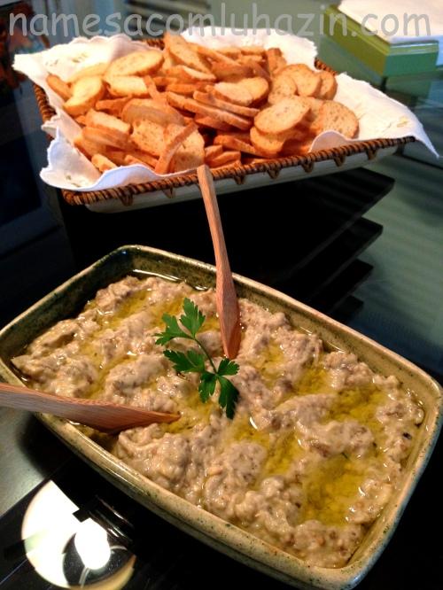 Babaganoush deve ser servido com torradas ou pão árabe