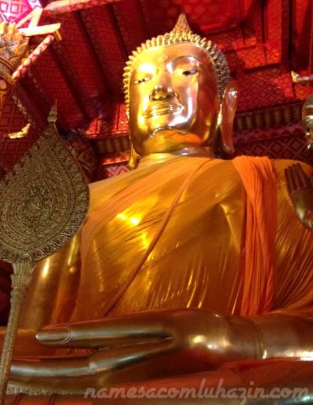 Imenso Buda Sentado no Wat Phanan Choeng