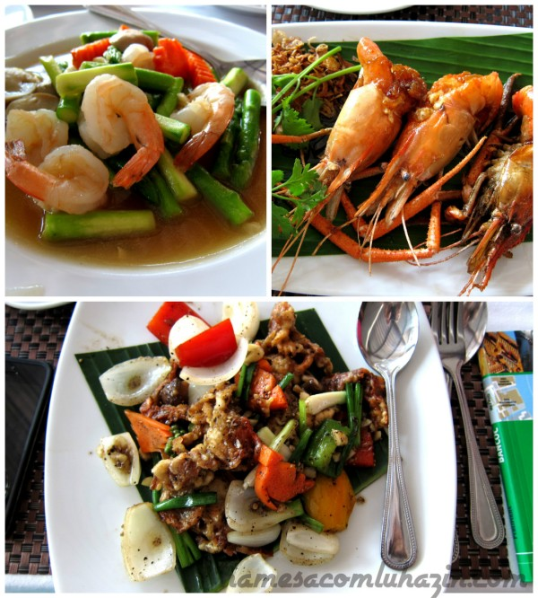 Nossa primeira refeição na Tailândia foi no Aquatini Riverside Restaurant