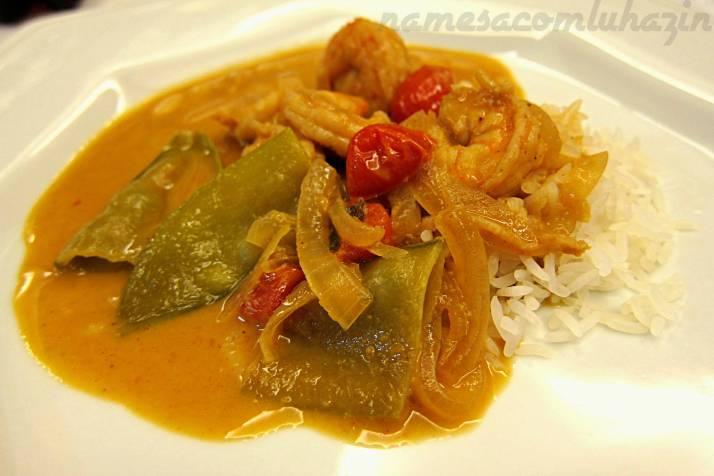 Resultado final do camarão ao curry amarelo tailandês