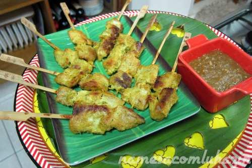 Espetinhos de porco com molho Satay