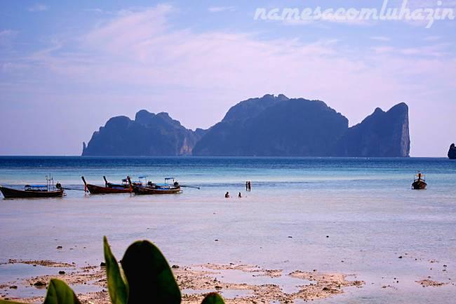"Vista da ilha Phi Phi Lee, onde fica ""A Praia"", a partir da ilha Phi Phi Don"