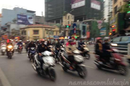 As motos em Hanói são tão numerosas que em Ho Chi Minh