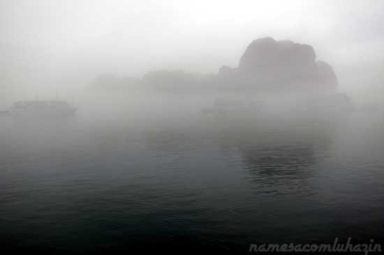 """""""Fog"""" em Halong Bay, no único dia inteiro que teríamos para explorá-la..."""